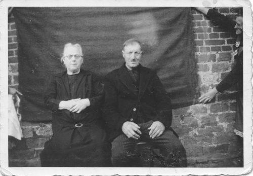 Betovergrootouders Sjoukje Halbertsma en Jan Hoekstra tijdens hun 45 jarig huwelijk zie achterkant moet in 1939